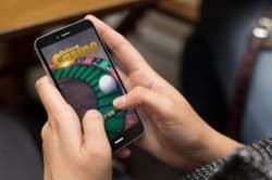 Händer som håller mobil med rouletthjul på online casino
